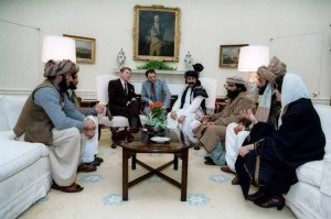 Ronald Reagan se reuniu com membros do Taleban na Casa Branca