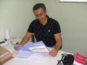 Dr. Lucas lendo o informativo da prefeitura