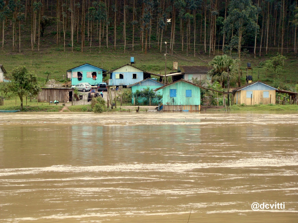 Enchente no Vale do Itajaí - Imagem do Rio Itajaí Açu em Ilhota - by dcvitti