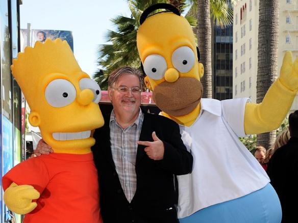 O criador dos Simpsons, Matt Groening, posa entre seus personagens Bart Simpson, à esquerda, e Homer Simpson. (Foto: Reuters)