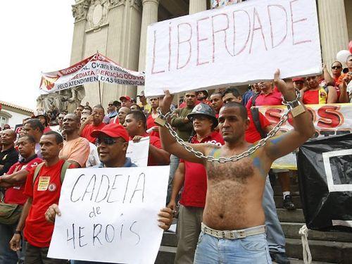 Bombeiros do RJ fazem ato contra a prisão dos colegas de farda