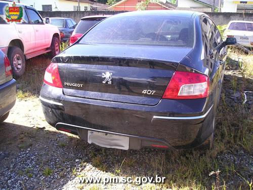 Peugeot 407 de cor preta com placas de Ilhota