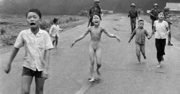 Foto tirada em 8 de junho de 1972 mostra um pequeno grupo de crianças fugindo das explosões na vila de Trang Bang, no Vietnã. A imagem tornou-se símbolo da guerra. Kim Phuc aparece nua, no centro, entre o irmão mais novo, Phan Thanh Phouc, que perdeu um olho, e dois primos, que aparecem de mãos dadas, Ho Van Bon e Ho Thi Ting Nick Ut/AP