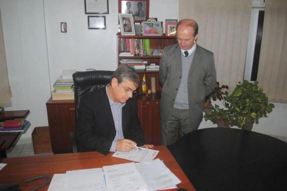 Vice-governador Eduardo Pinho Moreira assina a ordem de serviço para reinicio das obras da Ponte de Ilhota