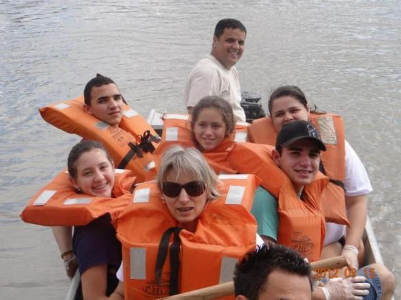 Alunos da Escola Marcos Konder limpam rio Itajaí-Açú