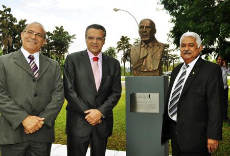 Inaugura o busto de Ulysses Guimarães