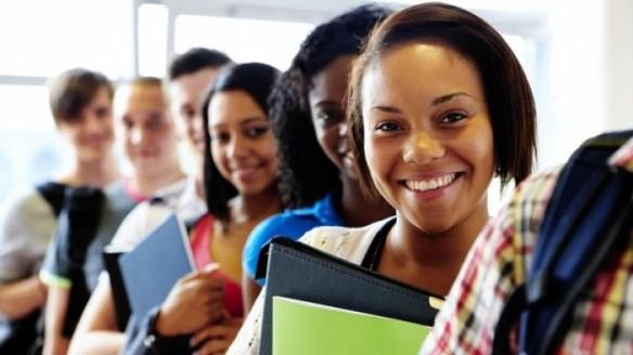 jovens pretos e pardos em universidade