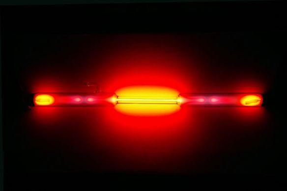 Cores produzidas pelo gás neon podem variar de acordo com a forma como ele é produzido