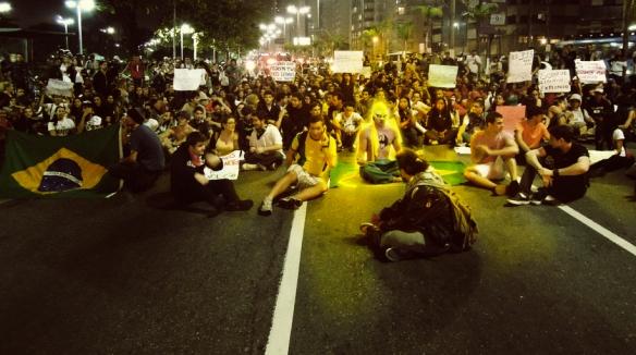 Artista põe super-heróis em fotos de protestos no Brasil
