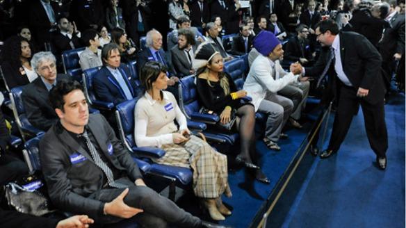 Entre os artistas presentes, Caetano Veloso, Roberto Carlos e Carlinhos Brown