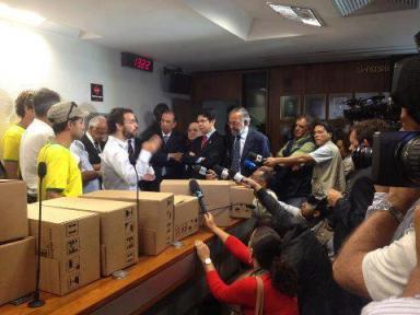 Entrega de 1,6 milhão de assinaturas ao Senado brasileiro