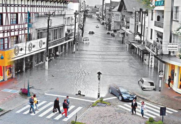 fotomontagens da enchente de 1983 em Blumenau 07
