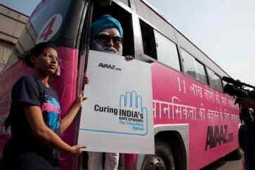 O ônibus rosa da Avaaz circula por Nova Délhi com o 'primeiro ministro Singh' a bordo, exigindo educação pública para combater os estupros