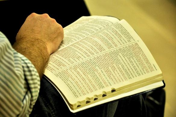 Lendo a bíblia. Foto de dcvitti