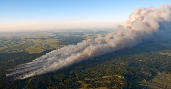 Fotografia aérea mostra o rastro de fogo queimando casas da comunidade Floresta Negra, perto de Colorado Springs, no Colorado. O incêndio é considerado o mais devastador já visto no Estado, no Oeste americano, e já destruiu 360 casas
