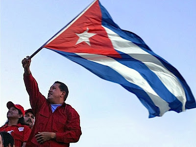 Hugo Chávez com a bandeira de Cuba