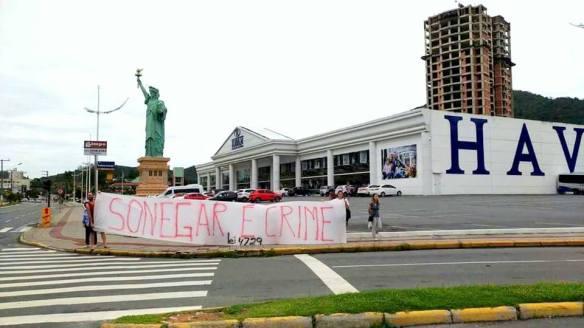 Protesto rasga cartão na porta da Havan de Itajaí