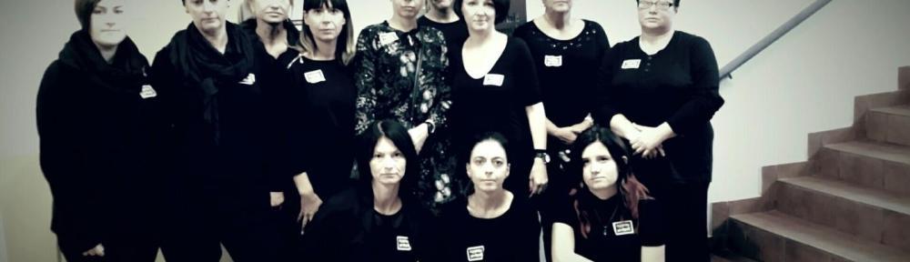 Ewa Wnorowska e seus colegas posam para uma fotografia em apoio aos direitos das mulheres na Polônia